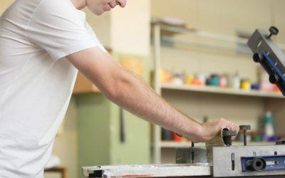 Ropa laboral personalizada: ¿bordar o serigrafiar?